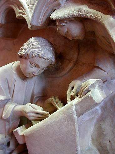 Bas-relief représentant saint Matthieu rédigeant l'Évangile sous la conduite de l'ange. XIIIe siècle